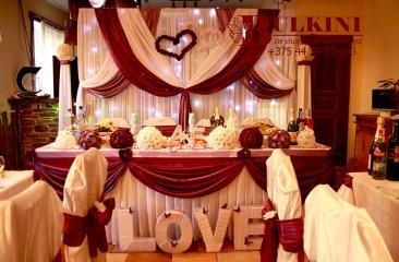 romashki-v-svadebnom-dekore-kafe-zhban-minsk